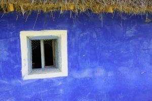 perete albastru cu fereastra